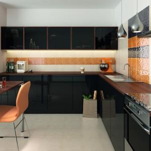 Ścianę nad blatem kuchennym zdobią płytki o geometrycznej formie, które nadają wnętrzu optymistyczny wyraz. Pomarańcz i brąz to doskonałe zestawienie. Fot. Opoczno.
