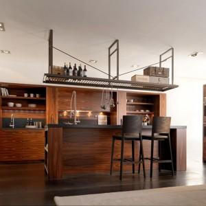 System mebli kuchennych Nantia marki Toncelii inspirowanych wysokiej klasy kuchniami tradycyjnymi typowymi dla rezydencji. Na zdjęciu w kolorze santos palissander. Fot. Toncelii.