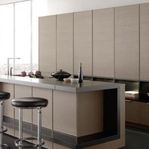 System meblowy Classic FS marki Leicht, który za dużymi frontami szafy skrywa wszystko, co może zakłócać jej spokój i jasność. Fot. Leicht.