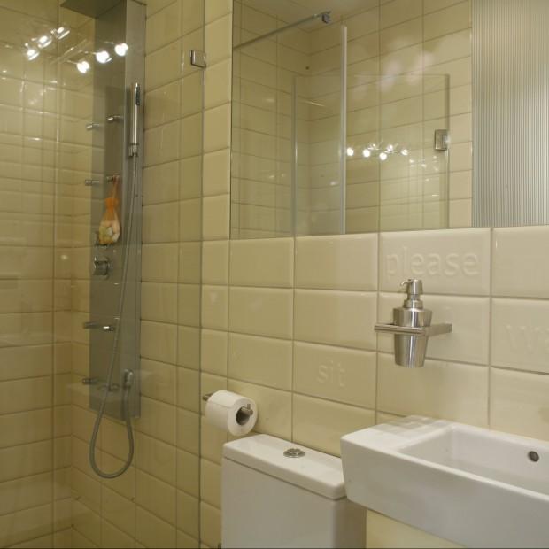 Beżowa łazienka – elegancko, pomysłowo i praktycznie na małej powierzchni