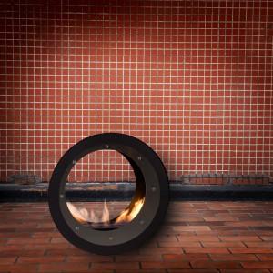 Erta 80 Asymmetric Inox to biokominek stojący  z pojedynczym palnikiem - falą. Palenisko zostało wyposażone w możliwość regulacji intensywności płomienia dzięki wbudowaniu specjalnej zasuwy. 4.750 zł, Kami