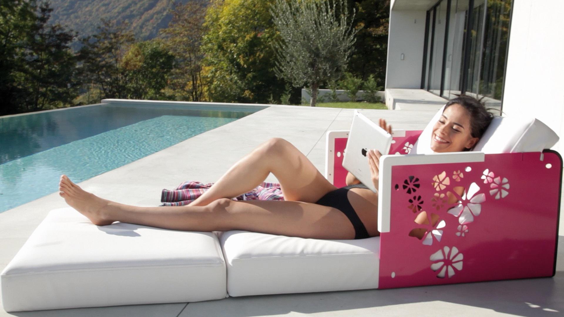 Rozkładany leżak z kolekcji Kube marki Ego Paris. Po złożeniu trzech poduszek staję się praktycznym stolikiem. Fot. Ego Paris.