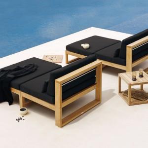 Czarne leżaki w drewnianej ramie marki Manutti. Fot. Manutti.
