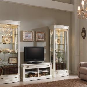 Białe klasyczne meble zdobione złotymi ornamenty. Fot. Panamar.