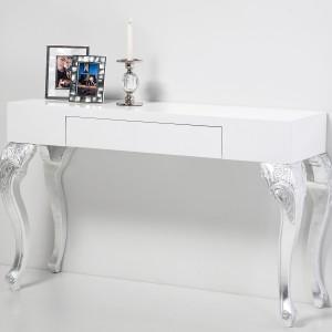 Dekoracyjne, białe biurko w klasycznym stylu. Fot. Le Pukka.