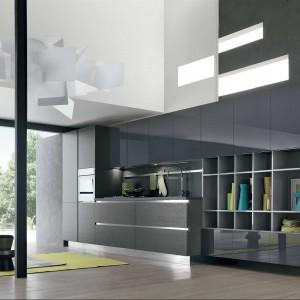 Replay Next marki Stosa Cucine to efektowna, nowoczesna kuchnia, którą charakteryzują błyszczące i matowe fronty szafek w czarnym kolorze. Fot. Stosa Cucina.