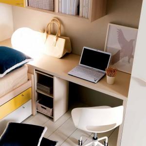 Dość długi blat biurka częściowo styka się z powierzchnią łóżka. Fot. Doimo Cityline.