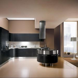 System mebli kuchennych mt701 marki Miton to wysoce konfigurowalny i wszechstronny zbiór elementów oferowany w szerokiej gamie wykończeń. Na zdjęciu czarny mat. Fot. Miton.