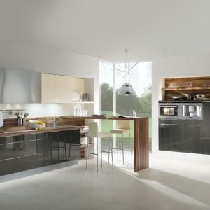 Kuchnia Stratos  marki Häcker to bardzo stylizowany projekt, w którym najważniejszą rolę pełnią wygodne i funkcjonalne szafki. Fot.  Häcker.