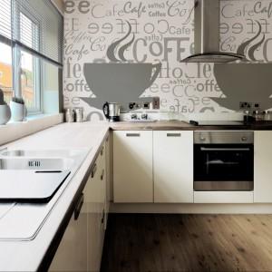 Tapeta winylowa z filiżanką aromatycznej kawy. Jej gładka powierzchnia przepuszczająca parę wodną doskonale nadaje się do kuchni. 550 zł/3,0x2,0 m, Redro.pl.