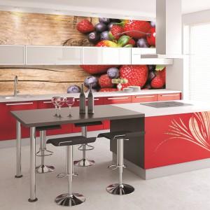 Fototapeta Berries on Wooden Background, Organic Berry over Wood. Matowa, ekologiczna, samoprzylepna, dzięki czemu jest bardzo łatwa w montażu. Drukowana na indywidualny wymiar. 126 zł/wym. 100x100 cm, Grafdeco.