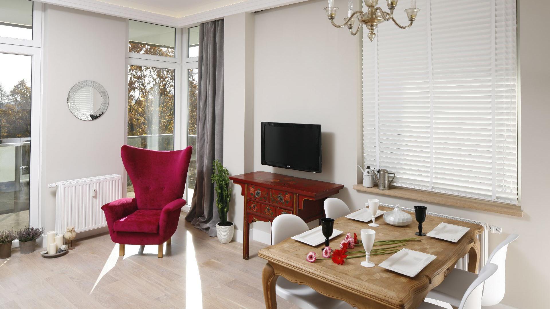 Podłoga z desek litego bielonego drewna  i biel ścian są delikatnym tłem, eksponującym sprzęty z charakterem.  Fot. Bartosz Jarosz.