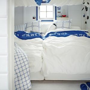 Komplet białej, satynowej pościeli z bawełny Lisel z niebieskim nadrukiem. Fot.Ikea.