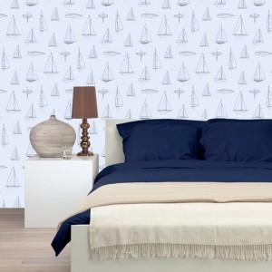 Tapeta z kolekcji Regatta Crew świetnie sprawdzi się nie tylko na ścianach w sypialni. Fot.Esta Home.