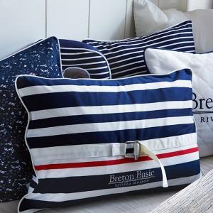Poduszki dekoracyjne z kolekcji Breton Basic, dostępne w różnych rozmiarach i kształtach. Fot. Riviera Maison / House & More