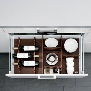 Porządek w szufladach zapewnia system przegród, który z jednej strony umożliwia komfortowe przechowywanie kuchennego wyposażenia, z drugiej zaś równie komfortowe przechowywania  wina. Fot. Alno.