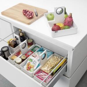 Organizery do szuflad to idealne uzupełnienie wyposażenia kuchennej szuflady. Materiał: akryl, silikonowe nóżki. Uchwyt od przenoszenia wykończony antypoślizgowym towrzywem. 89,90 zł, Brabantia.