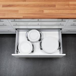 Uchwyty na talerze. Zapewniają komfortowe i ergonomiczne przechowywanie talerzy oraz zabezpieczają przed uszkodzeniem. Fot. Impuls.