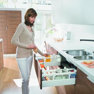 Specjalny kształt szuflady zlewozmywakowej pozwala maksymalnie wykorzystać miejsce w szafce oraz zamontować szufladę bezpośrednio pod zlewem. Idealne do przechowywania środków czystości. Wycena indywidualna, Blum.
