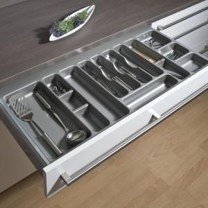 Wkład na sztućce y Flexi poprawi estetykę i organizację w szufladzie. Praktyczny kształt, możliwość konfiguracji podziałek wewnątrz wkładu (oznaczone miejsca dla przegródek). Wykonany z wysokiej jakości tworzywa. Wysokość: 60 mm, kolor wykończenia: srebrny. Wycena indywidualna, TCO.