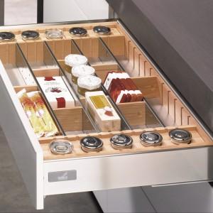Organizacja wewnętrzna szuflad InnoTech. Pozwala na zachowanie porządku i przejrzystości. System oferuje różne rozwiązania w zależności od potrzeb. Na zdjęciu: organizacja z pojemnikami na przyprawy drewno. Wycena indywidualna, Hettich.