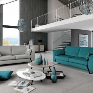 Seledynowa kanapa na tle jasnoszarego wnętrza wygląda niezwykle efektownie. Fot. Colombini Casa.