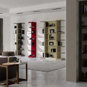 Wykorzystanie czerwonej półki naściennej z kolekcji Eros marki Mobil Frenso, odmieniło wygląd wnętrza. Fot. Mobil Frenso.