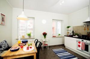 Mieszkanie przygotowane pod wynajem dla studentów. Dzięki bazowej bieli mieszkanie jest jasne i przestronne, a kolorowe akcenty dodają wnętrzu przytulności i sprawiają, że jest ono bliższe stylem młodym osobom.