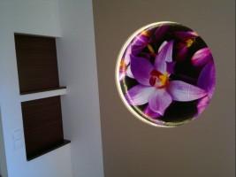 Kuchnia z kwiatowym dekorem.