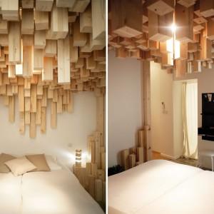 Pokój o nazwie Skö to wyjątkowa, intrygująca instalacja wykonana z zawieszonych na kratownicy drewnianych elementów o różnej wysokości. Proj. AVExciters. Fot.Au Vieux Panier.