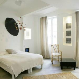 Wnętrze pokoju XL - Polysensual to sypialnia utrzymana w stonowanej, łagodnej kolorystyce. Uwagę przyciągają przestrzenne instalacje. Proj.Milène Guermont. Fot.Au Vieux Panier.