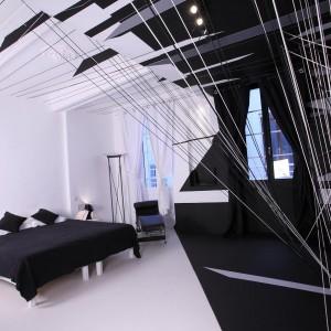 Artysta na co dzień zajmujący się sztukami wizualnymi zaproponował projekt pokoju bazujący na kontraście bieli i czerni. Proj.Thomas Canto.Fot.Au Vieux Panier.