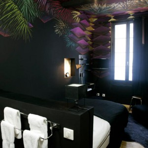 Czarne ściany w połaczeniu z egzotycznymi motywami tworzą wyjątkowy projekt sypialni.Proj.Julien Colombier.Fot.Au Vieux Panier.