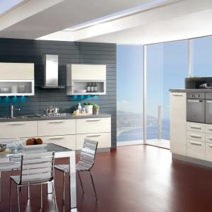 Meble z kolekcji Brio firmy Mobilturi. Krzesła z metalu oraz stół ze szklanym blatem i metalowymi nogami doskonale pasują zarówno do nowoczesnej zabudowy, jak i biało-szarej kolorystyki.