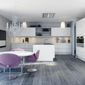 Meble z kolekcji Straight White to propozycja z oferty firmy HTH. Duża przestrzeń otwartej strefy dziennej umożliwiła zaplanowanie jadalni pomiędzy salonem i kuchnią. Okrągły stół i kolorowe krzesła pozwalają wygodnie spędzać czas nie tylko przy obiedzie czy kolacji.