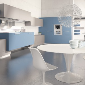 Meble z kolekcji Levanto firmy Scis Cucine. Nowoczesne i proste w formie. Jedynie stół i krzesła mają bardziej owalne formy. Niebieski i szary stanowi w tej kuchni doskonałe zestawienie.