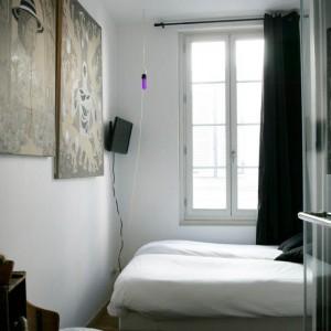 Stonowana kolorystka jest tłem dla intrygujących obrazów. Proj.Ohido. Fot.Au Vieux Panier.