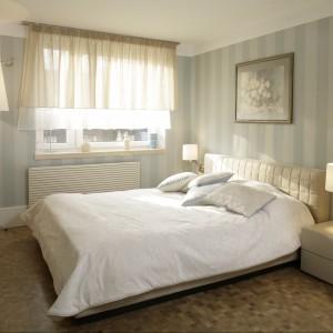 Zwiewna dekoracja okienna wprowadza do sypialni romantyczny nastrój. Proj.Małgorzata Borzyszkowska. Fot.Bartosz Jarosz.