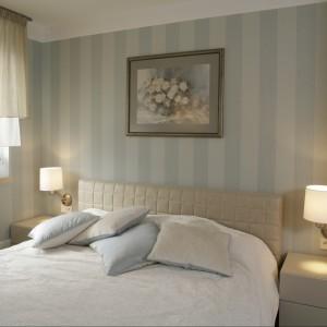 Tapicerowane łóżko w jasno beżowym kolorze wraz z nocnymi stolikami tworzy spójną kompozycję. Proj.Małgorzata Borzyszkowska. Fot.Bartosz Jarosz.