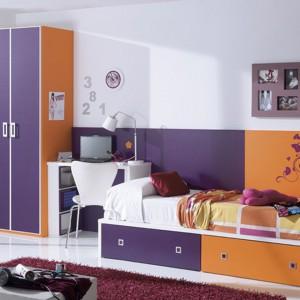 Ciemny fiolet połączony z pomarańczem to propozycja do pokoju chłopca lub dziewczynki (wersja ze zdobieniami). Fot. Circulo Muebles.