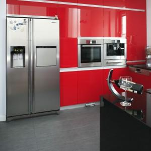 Sprzęty AGD w kolorze stali nierdzewnej są uzupełnieniem nowoczesnego stylu kuchni i przeciwwagą dla dominującej czerwieni. Fot. Bartosz Jarosz.