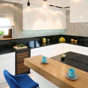 Układ kuchni sprzyja wygodnej pracy, zapewniając również miejsce na chwilę odpoczynku przy filiżance aromatycznej kawy. Fot. Bartosz Jarosz.