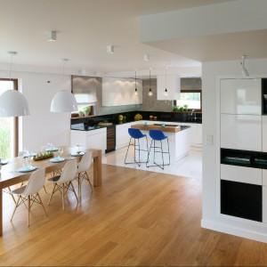 Wnętrze ma bardzo funkcjonalny podział. Mimo otwartej przestrzeni każda ze stref: salon, kuchnia i jadania, jest tu wyraźnie wyodrębniona. Fot. Bartosz Jarosz.