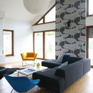 W salonie najmocniejszym akcentem jest tapeta z wyrazistym wzorem, który wyróżnia się na tle białych ścian. Fot. Bartosz Jarosz.