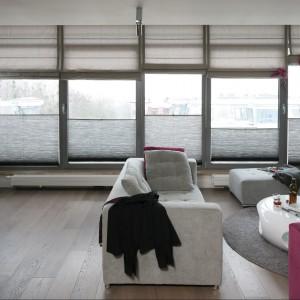 Duże panoramiczne okna w salonie. Fot. Bartosz Jarosz.