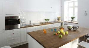 Oryginalny dekoracyjny okap czy może nieduża półeczka na wyeksponowanie ulubionych filiżanek? Podpowiadamy, jak zaaranżować kuchnię bez górnej zabudowy.