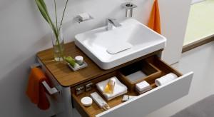 Mała czy duża, łazienka musi być praktyczna. Do uporządkowania niezliczonej ilości drobiazgów i kosmetyków niezastąpione są szafki podumywalkowe z szufladami. Dzięki temu łatwiej je też odnaleźć.