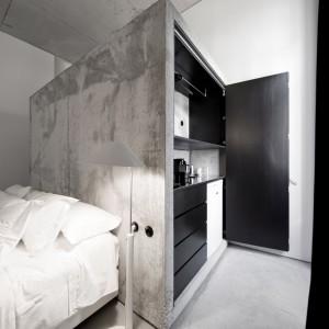 Mocne przetarcia na betonowej ścianie dodają wnętrzu industrialnego charakteru. Fot. Casa Do Conto Hotel / Pedra Liquida.