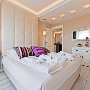 Sypialnia z tapicerowanym łóżkiem i efektownym zagłowkiem. Fot. Sun&Snow.