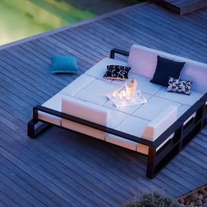 Podwójne łóżko z kolekcji Kama marki Ego Paris ze stylowymi poduszkami. Fot. Ego Paris.